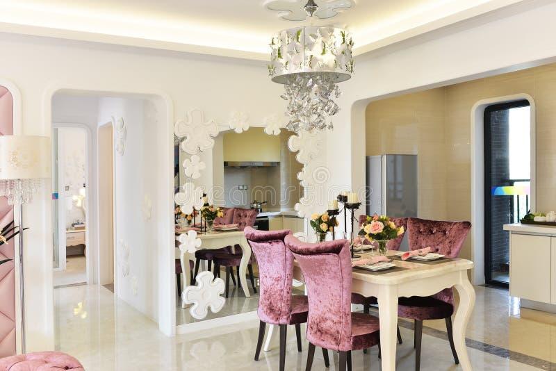 Área moderna da cozinha e de jantar fotografia de stock royalty free