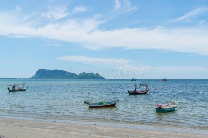 Área pequena do Ao Prachuap dos barcos de pesca, província de Prachuap Khiri Khan em Tailândia do sul fotografia de stock