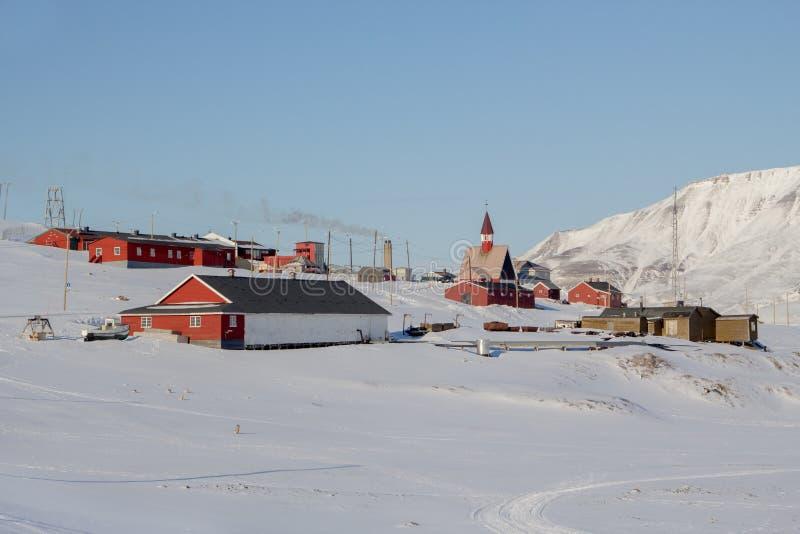A área perto da igreja em Longyearbyen, Spitsbergen (Svalbard) foto de stock