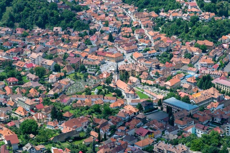 Área residencial de Brasov con iglesias y un cementerio imágenes de archivo libres de regalías