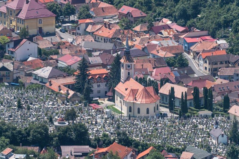 Área residencial de Brasov con iglesias y un cementerio fotografía de archivo libre de regalías