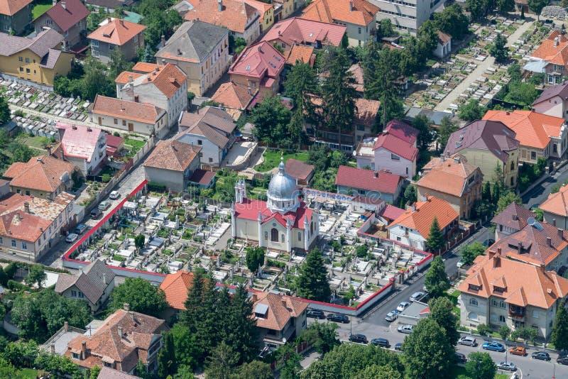 Área residencial de Brasov con iglesias y un cementerio imagen de archivo