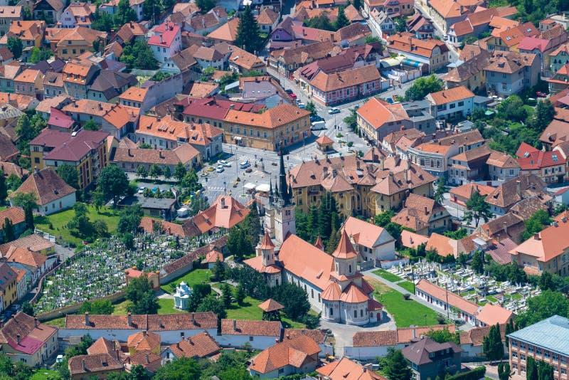 Área residencial de Brasov con iglesias y un cementerio imagenes de archivo