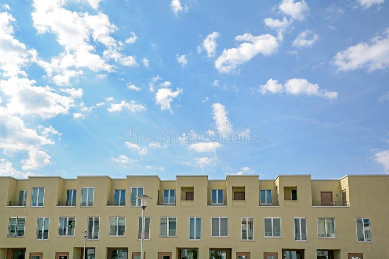 Área residencial en la ciudad, construcción de viviendas moderna fotografía de archivo libre de regalías
