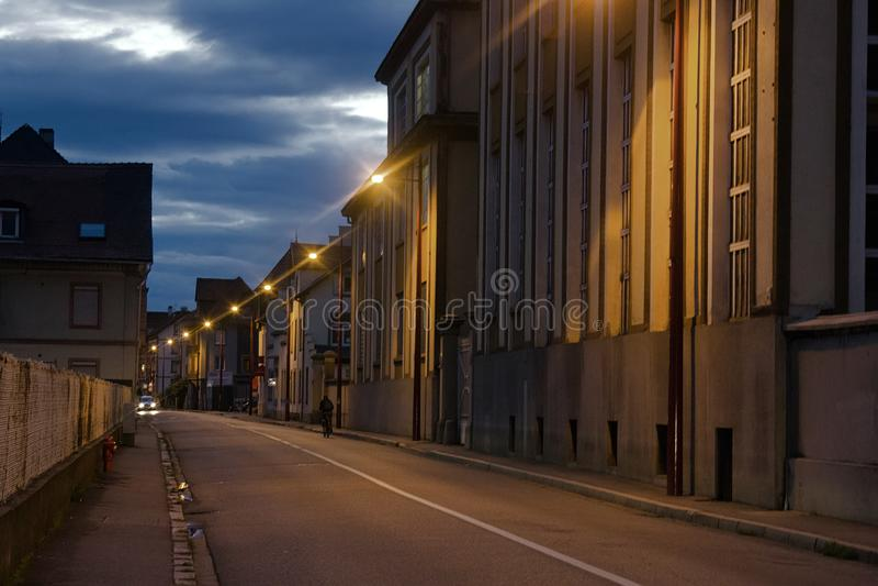 Área residencial industrial de Strassburg na noite foto de stock