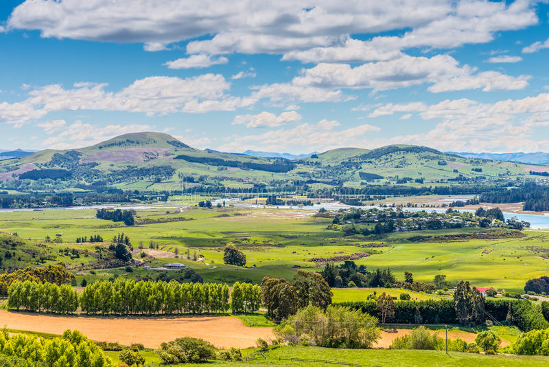 Área rural da exploração agrícola da opinião do monte fotos de stock