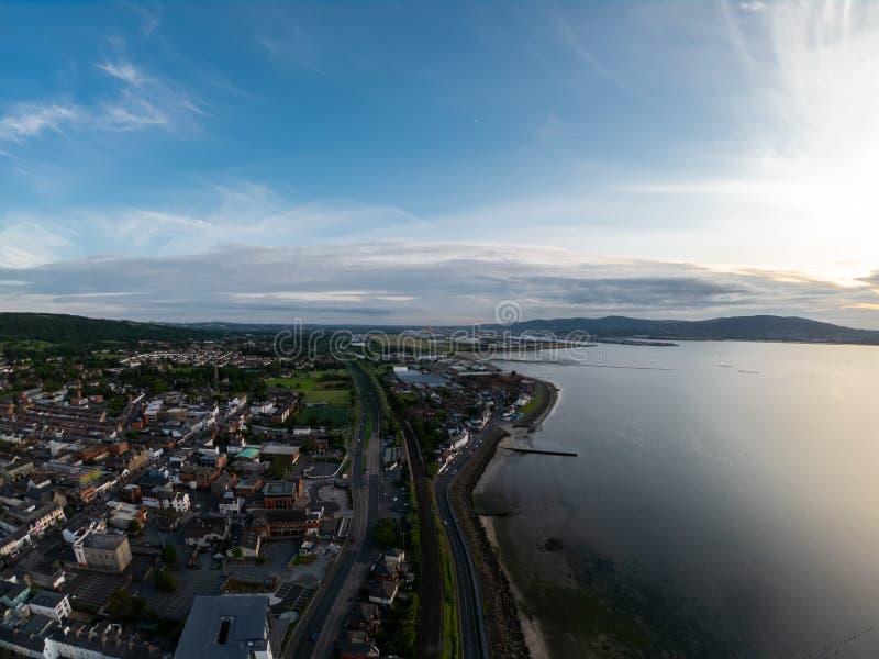 Área rural, visão aérea de casas perto da costa do mar irlandês em Belfast, Irlanda do Norte Céu nublado sobre a costa imagem de stock