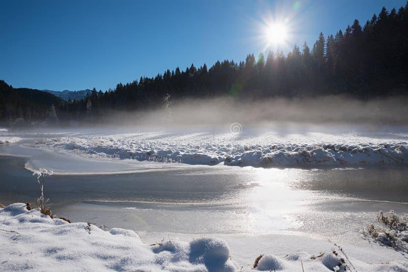 Área spitzing da paisagem sonhadora do inverno com névoa da manhã sobre o rio gelado bavaria superior fotos de stock