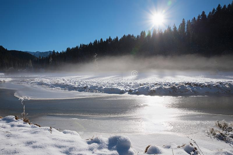 Área spitzing del paisaje soñador del invierno con niebla de la mañana sobre el río escarchado Baviera superior fotos de archivo