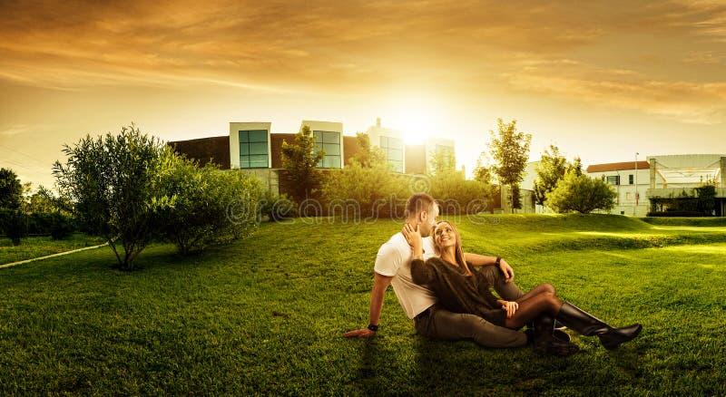 Área verde fresca bonita atrás da construção moderna foto de stock