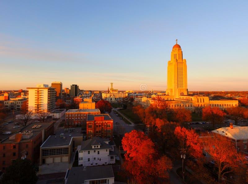 A árvore alaranjada da cor da queda sae do capital de estado Lincoln de Nebraska fotos de stock