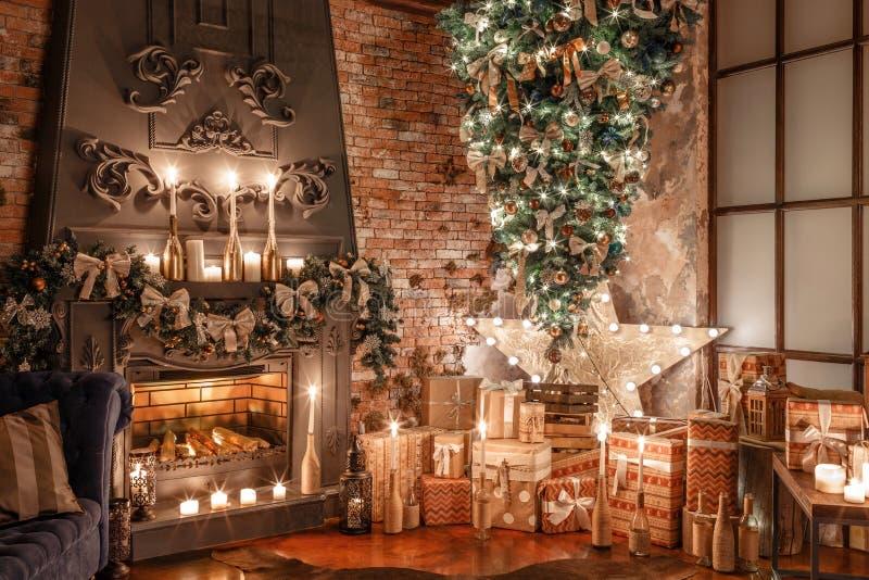 Árvore alternativa de cabeça para baixo no teto Decoração home do inverno Natal no interior do sótão contra a parede de tijolo fotografia de stock royalty free