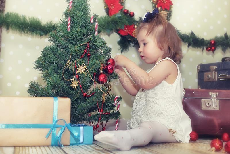 Árvore da menina e de Natal fotografia de stock