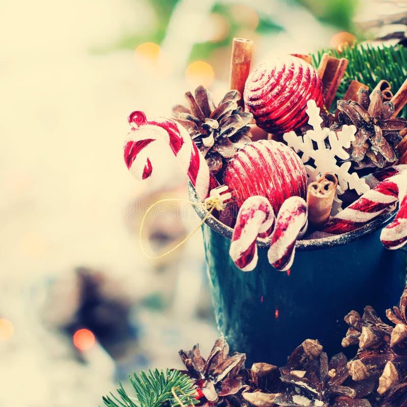 A árvore de abeto da composição do Natal do feriado brinca presentes imagens de stock
