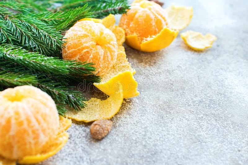 Árvore de abeto das tangerinas da composição do ano novo do Natal fotografia de stock royalty free