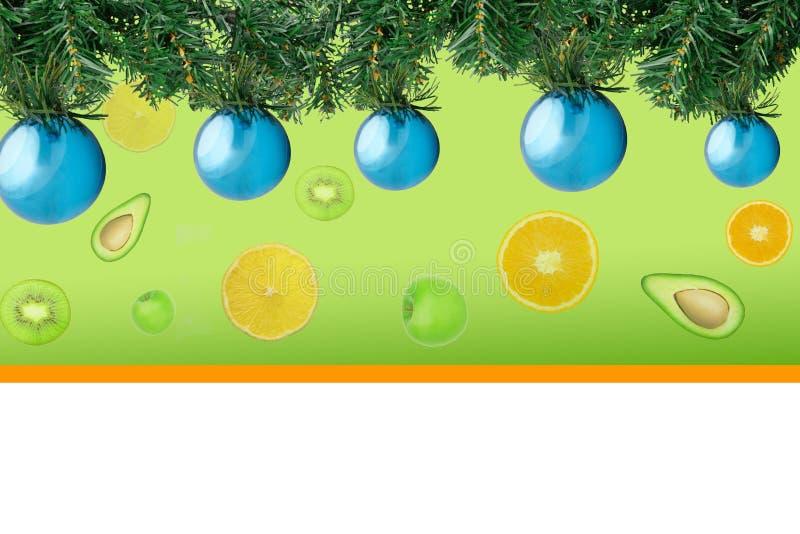 Árvore de abeto do Natal com as bolas azuis da decoração no contexto dos frutos imagem de stock