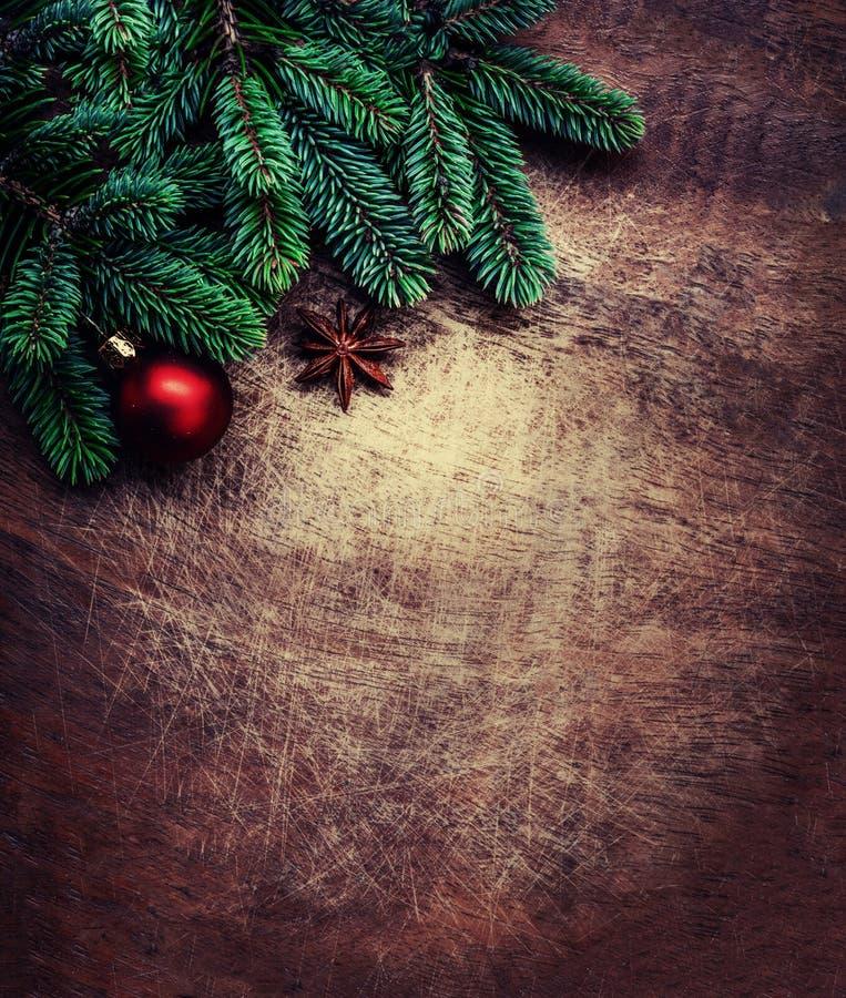Árvore de abeto do Natal com as decorações na placa de madeira do grunge escuro imagem de stock royalty free