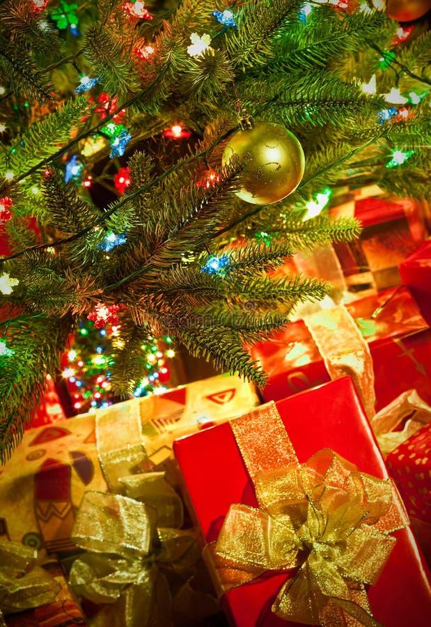 A árvore de abeto do Natal com luzes coloridas fecha-se acima imagens de stock royalty free