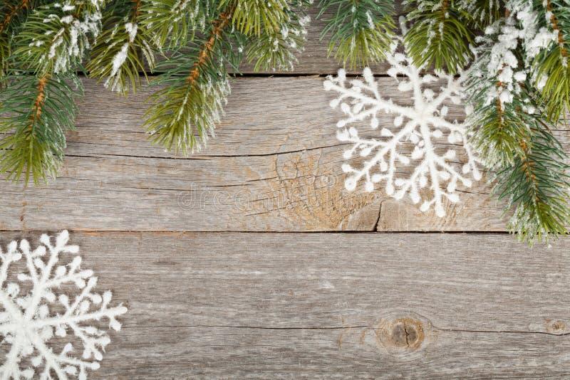 Árvore de abeto do Natal e decoração no fundo da placa de madeira fotos de stock royalty free