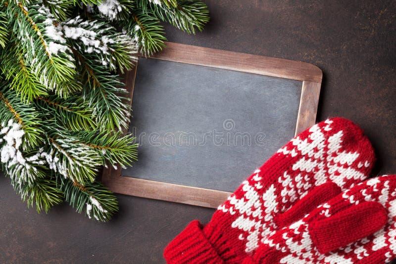 Árvore de abeto do Natal, mitenes e quadro para seus cumprimentos imagens de stock