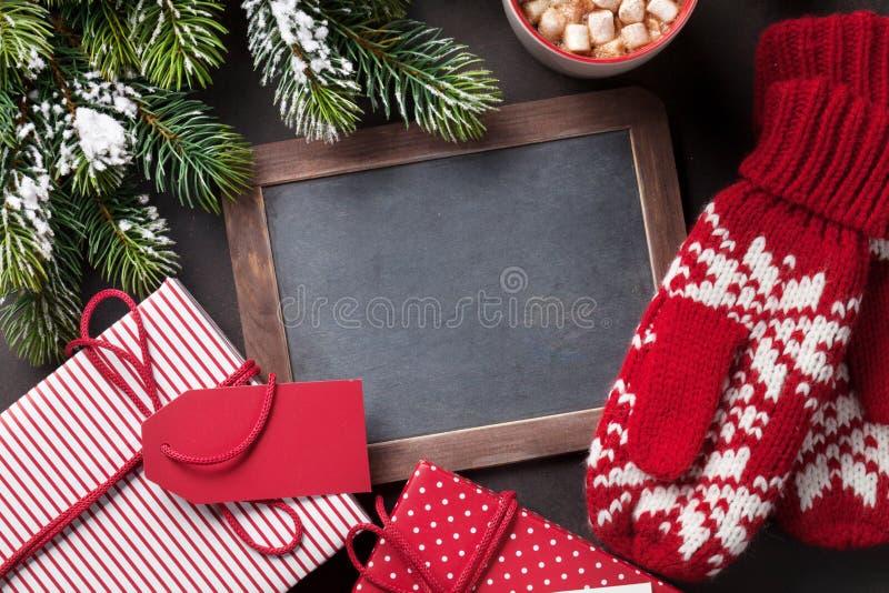 Árvore de abeto do Natal, presente, mitenes e quadro fotos de stock royalty free