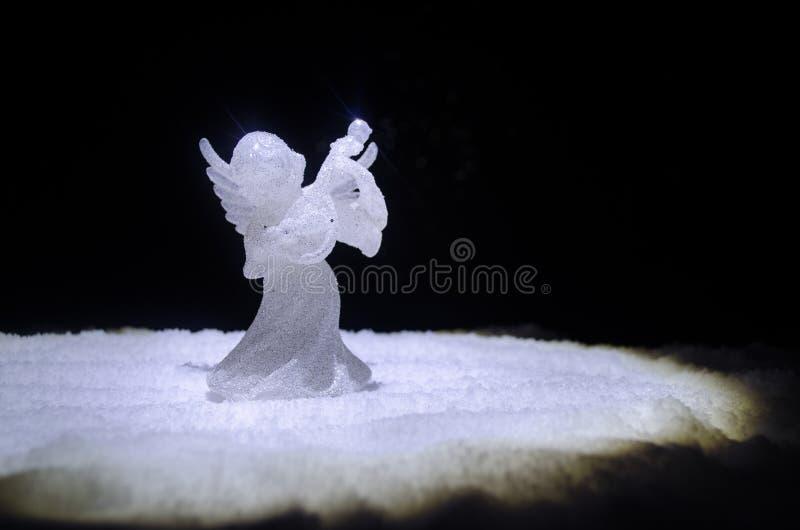 Árvore de abeto de vidro da figura e do vidro do xmas do anjo do Natal, árvore de Natal, elementos docorative no fundo escuro Dec imagens de stock