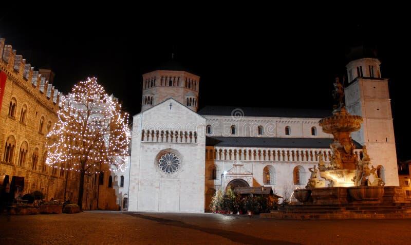 Árvore de Fontana e de Natal com luzes brancas em Trento imagens de stock