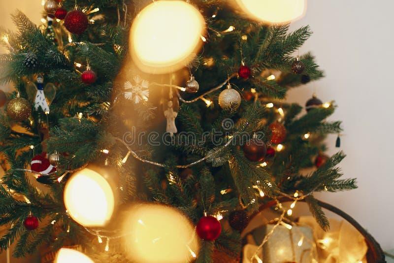 Árvore de Natal à moda com luzes da festão e dourado bonitos imagens de stock royalty free