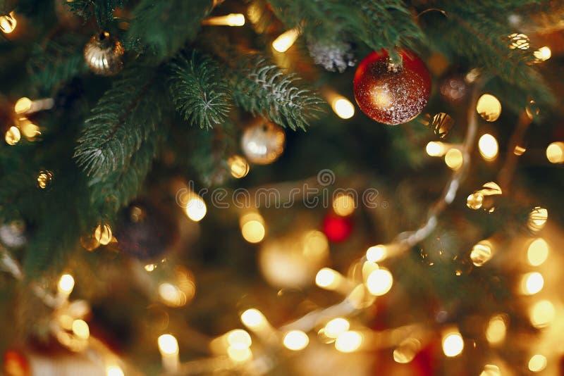 Árvore de Natal à moda com luzes da festão e dourado bonitos imagem de stock royalty free