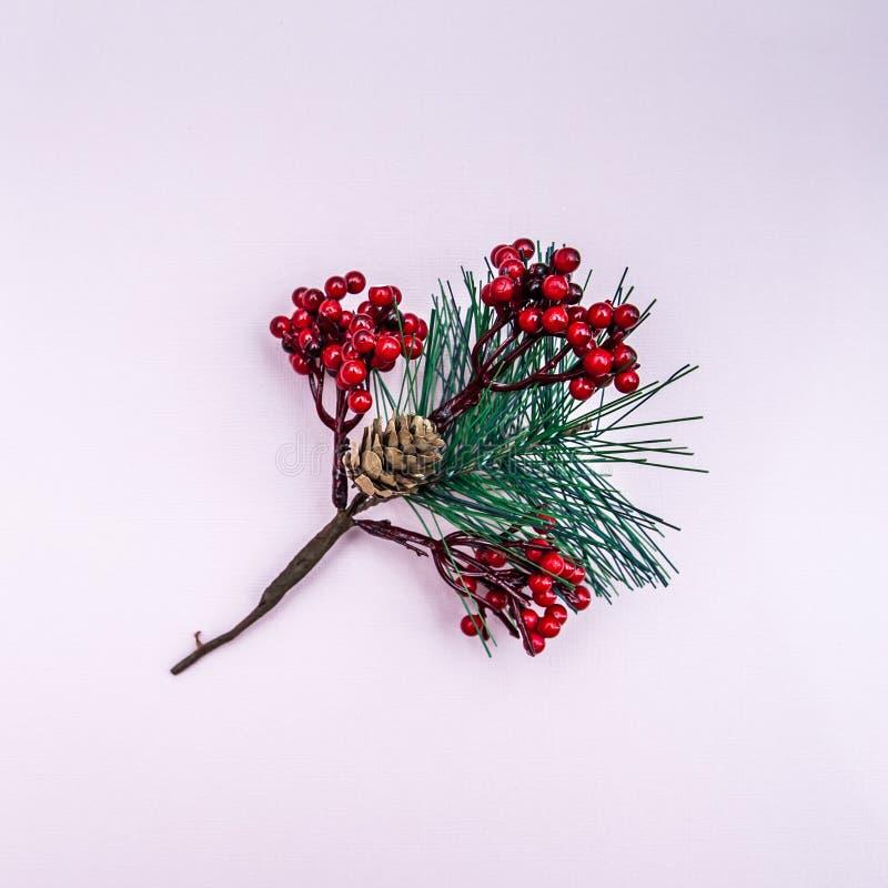 Árvore de Natal à moda em um fundo liso imagens de stock royalty free
