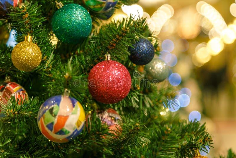 A árvore de Natal é uma árvore conífera sempre-verde decorada, real ou artificial, e uma tradição popular associada com fotos de stock royalty free