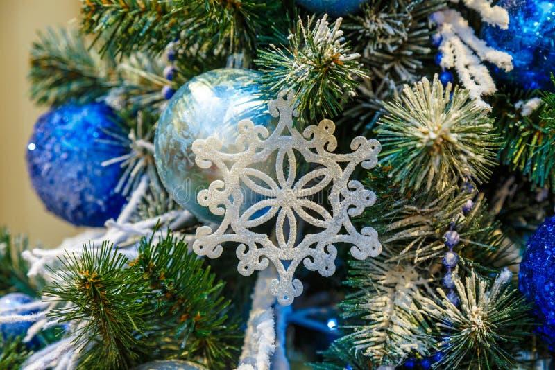A árvore de Natal é uma árvore conífera sempre-verde decorada, real ou artificial, e uma tradição popular associada com imagens de stock royalty free