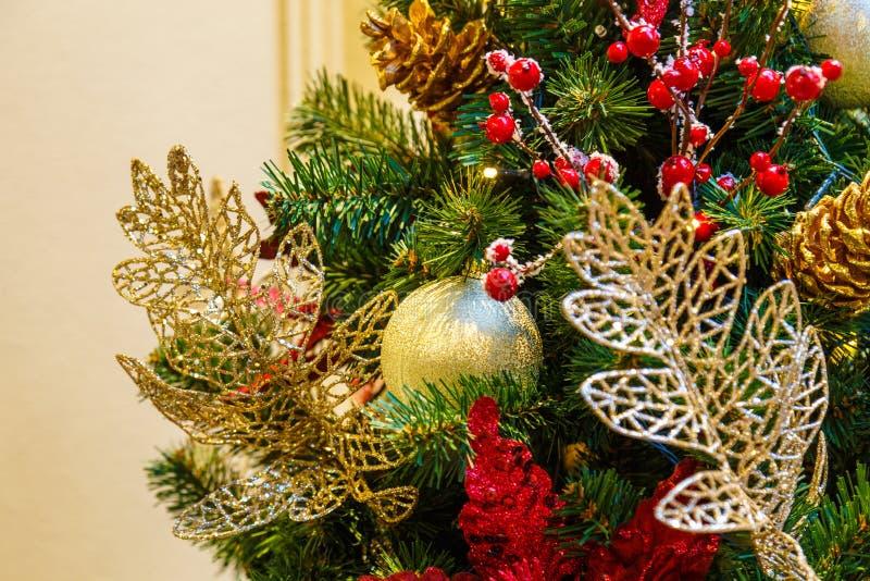 A árvore de Natal é uma árvore conífera sempre-verde decorada, real ou artificial, e uma tradição popular associada com imagens de stock