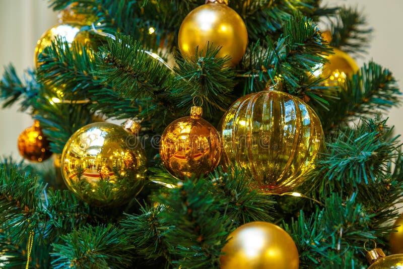 A árvore de Natal é uma árvore conífera sempre-verde decorada, real ou artificial, e uma tradição popular associada com imagem de stock royalty free