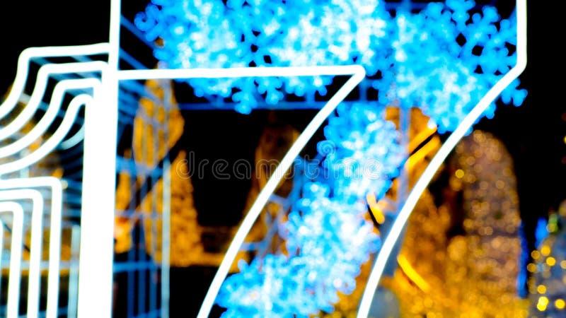 Árvore de Natal abstrata do bokeh do borrão no fundo da noite imagem de stock