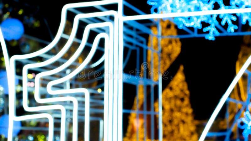 Árvore de Natal abstrata do bokeh do borrão no fundo da noite fotos de stock