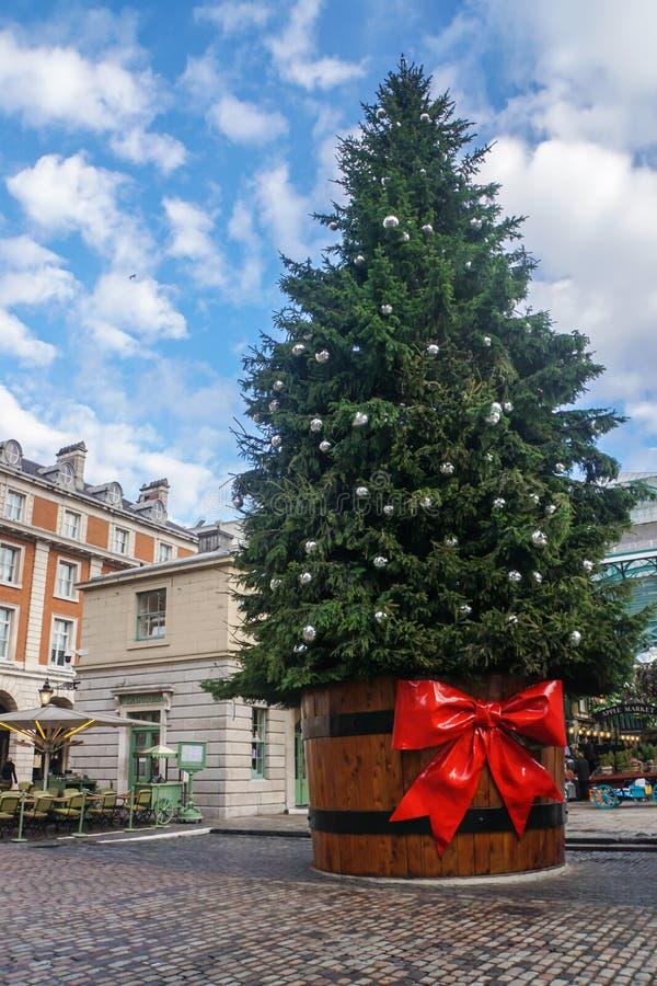Árvore de Natal alta grande em Londres imagem de stock royalty free