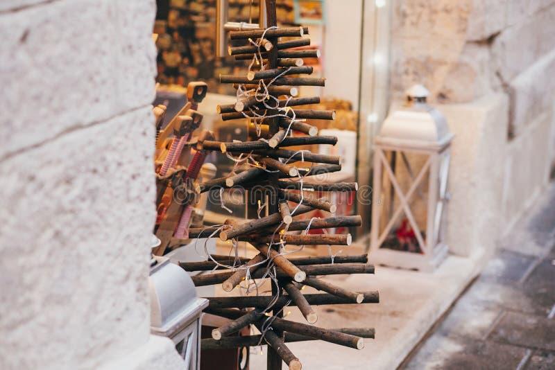 Árvore de Natal alternativa de pranchas de madeira com luzes no europ imagem de stock