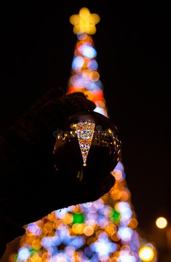 Árvore de Natal de Bokeh com iluminações coloridas imagens de stock royalty free