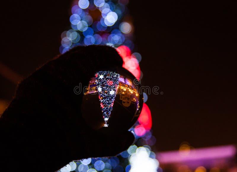 Árvore de Natal de Bokeh com iluminações coloridas fotografia de stock