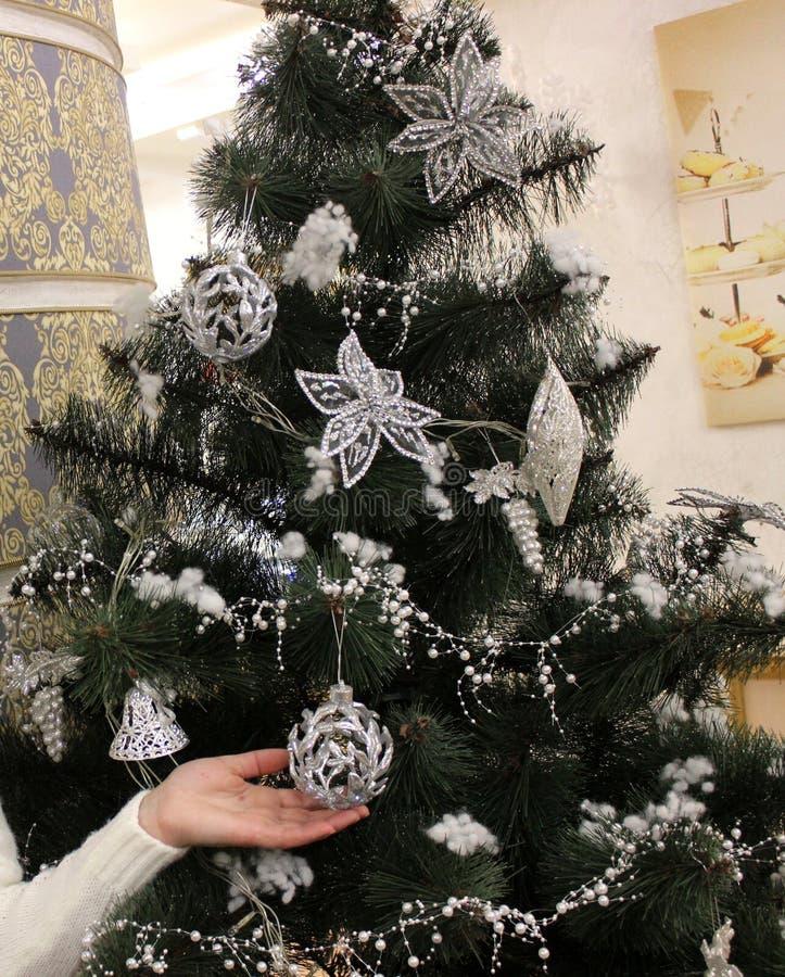 Árvore de Natal bonita com bolas brilhantes imagens de stock