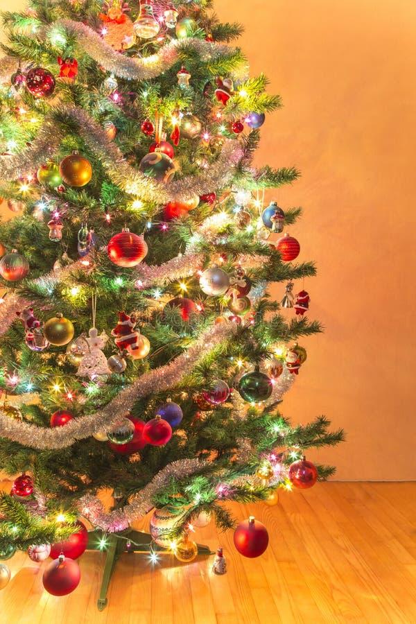 Árvore de Natal bonita com muitos ornamento fotografia de stock