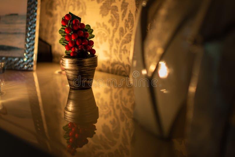 Árvore de Natal bonita e pequena em uma superfície reflexiva fotos de stock