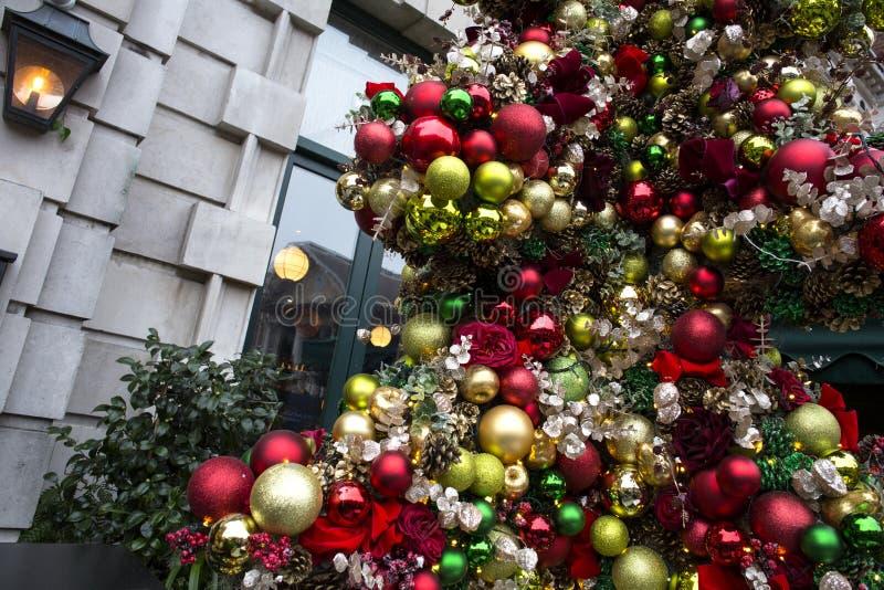 Árvore de Natal bonita fora da casa foto de stock