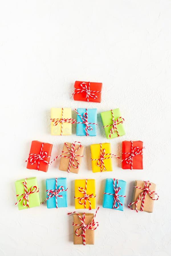 Árvore de Natal de caixas de presente coloridas no fundo branco, configuração lisa fotos de stock royalty free