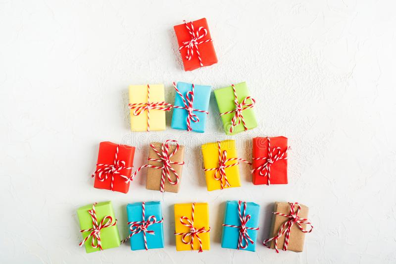 Árvore de Natal de caixas de presente coloridas no fundo branco, configuração lisa fotografia de stock