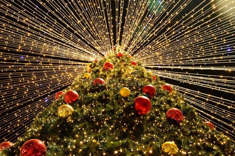 Árvore de Natal com bolas coloridas e luzes de incandescência Ano novo imagens de stock