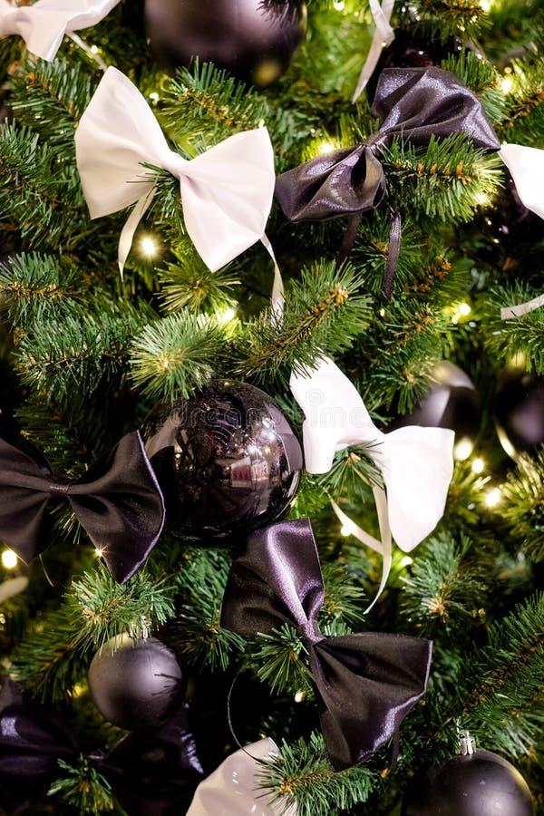 Árvore de Natal com bolas e curvas pretas foto de stock