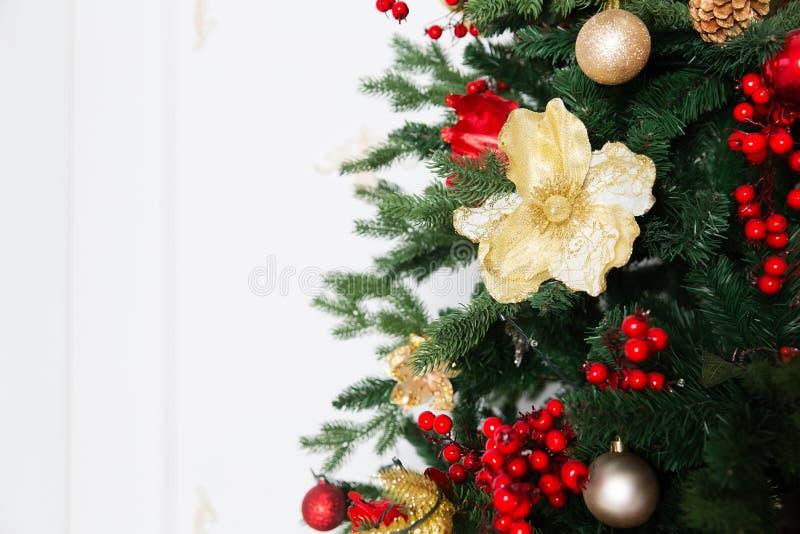 Árvore de Natal com brinquedos e festão foto de stock royalty free