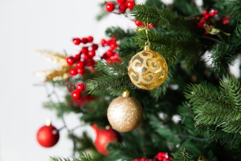 Árvore de Natal com brinquedos e festão fotografia de stock royalty free